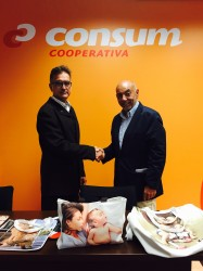 Momento de la firma del acuerdo donde D. Santiago Mozas (Consum) y D. Ramón Giménez (Portage) sellan su compromiso.